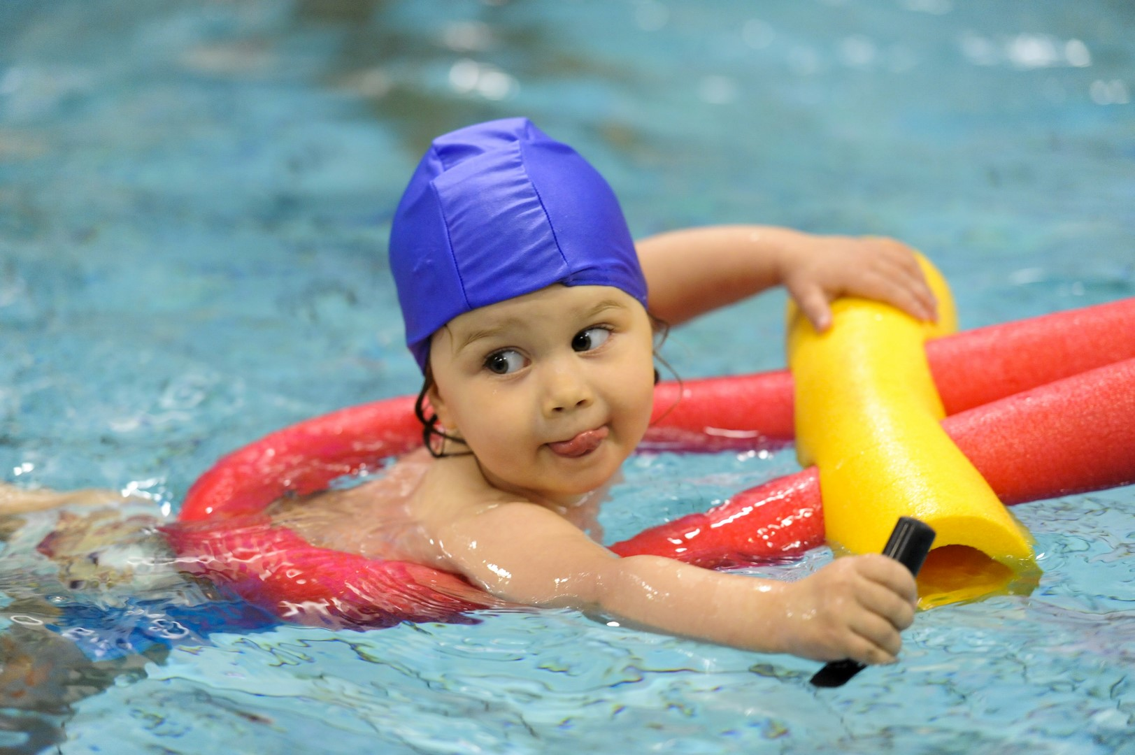Corsi di nuoto estivi per bambini - Bambini in piscina a 3 anni ...